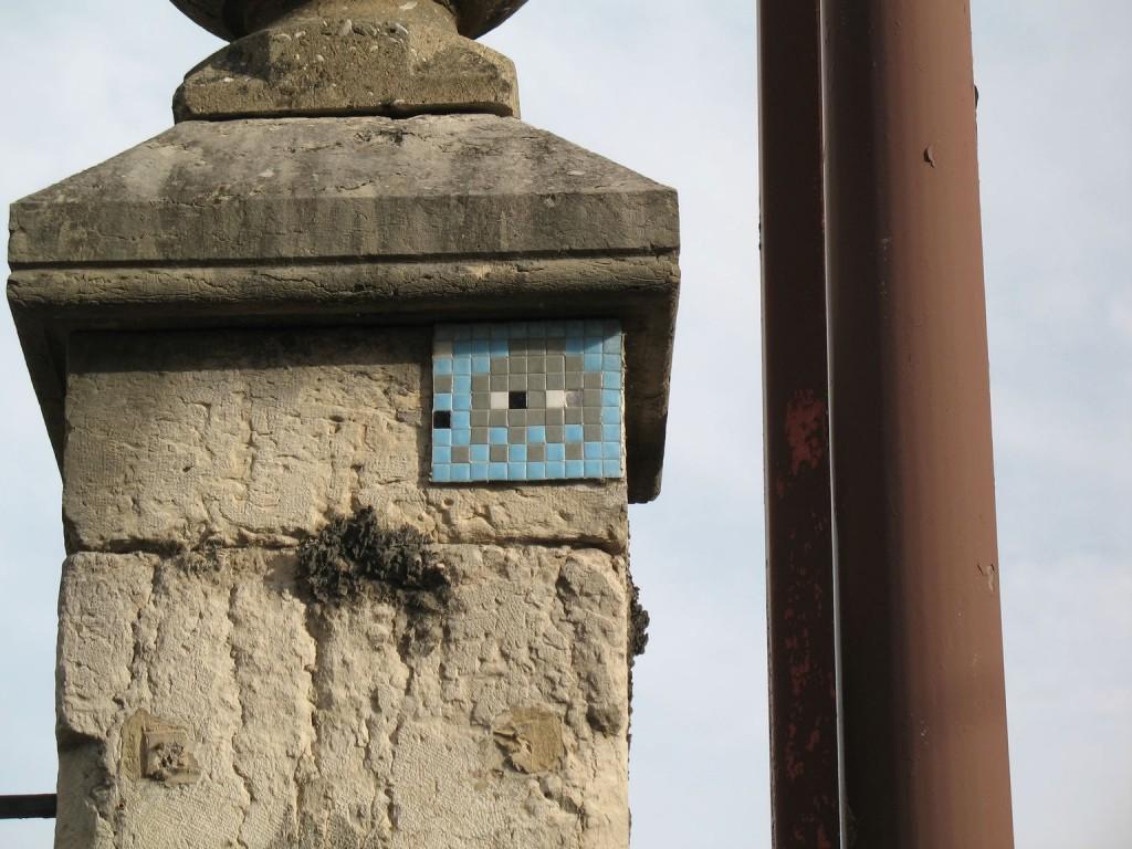 À l'angle Gambetta/Lesdiguières, sur le mur d'enceinte du lycée Champollion