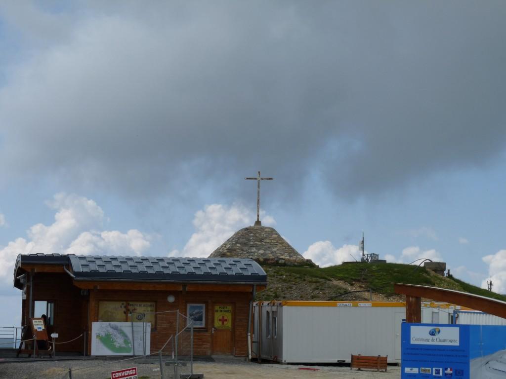 La croix du sommet, au milieu des travaux